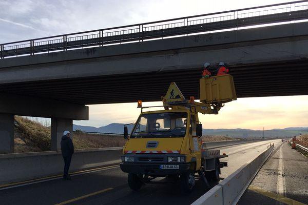 Le 17 décembre, une grue transportée par un poids-lourd a percuté un pont sur l'A75, à proximité de Clermont-Ferrand. La section d'autoroute passant sous ce pont a été fermée pour permettre d'analyser les dégâts engendrés par l'accident.