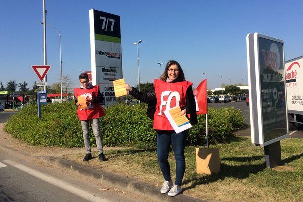 """Les salariés de la société Petit et Alleaume de Châtellerault tractent contre ce qu'ils appellent la """"délocalisation"""" de l'entreprise à Montbazon (Indre-et-Loire)."""