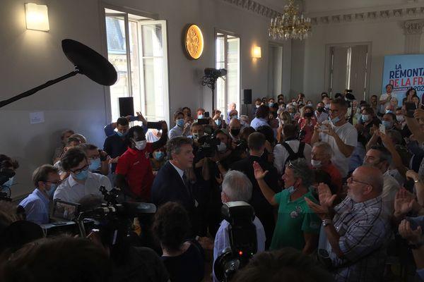 Arnaud Montebourg arrive dans la salle des fêtes de Clamecy pour son discours.