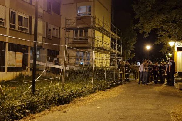 Plusieurs dizaines de personnes ont été évacuées de leur immeuble dans la nuit du 14 au 15 juin 2021 à Cluses (Haute-Savoie) après un dégagement de monoxyde de carbone.