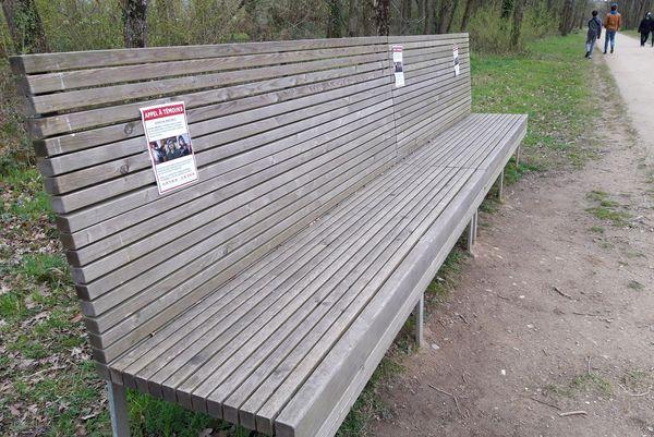 L'appel à témoins affiché sur les bancs publics, à proximité du centre d'entraînement du Stade rennais, dans le quartier de la Prévalaye à Rennes