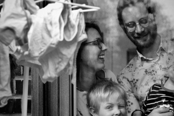Monika Takacs Tolosa immortalise la vie des familles confinées près de la frontière belge.