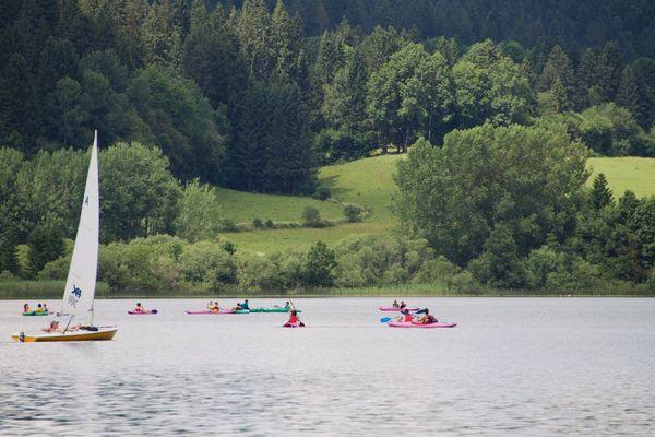 """Plage, baignade, voile, randonnée : le lac de Saint-Point, dans le Haut-Doubs, attire de nombreux amateurs d'activités """"nature"""""""