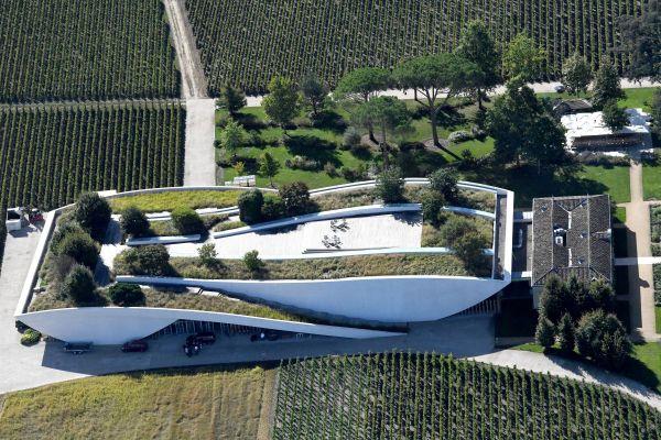 Vue aérienne du chai du Château Cheval blanc, un bâtiment conçu par l'architecte Christian de Portzamparc à Saint-Emilion.