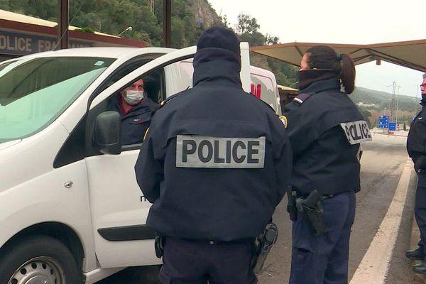 Perthus (Pyrénées-Orientales) - des policiers sans masque mais avec les cols remontés jusqu'au nez contrôlent des conducteurs masqués à la frontière. En Espagne, les policiers sont masqués - mars 2020.