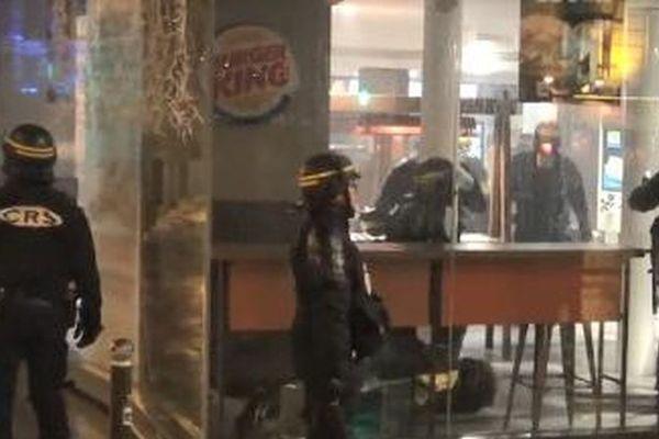 """Des CRS interviennent au Burger King de l'avenue de Wagram, à Paris, le 1er décembre 2018 lors d'une manifestation de """"gilets jaunes"""". (PAUL-LUC MONNIER / STÉPHANE GUILLEMOT / FRANCE 2)"""