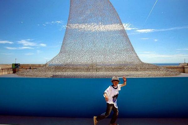 Monaco, juin 2014. Dans le cadre de son programme d'actions sur les requins, le Musée océanographique de Monaco présente l'initiative « On Sharks & Humanity » : plus qu'une exposition artistique, un face à face avec les requins avec pour thème central le requin et sa préservation.