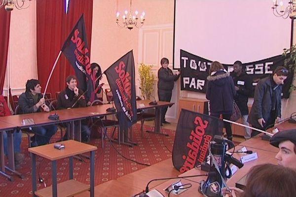 Le syndicat étudiant Sud-Solidaires investit la salle du Conseil d'administration de l'université d'Orléans pour protester contre les coupes budgétaires.