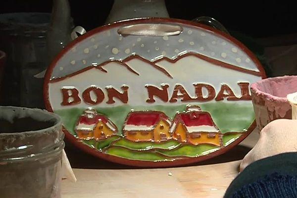 """Cette pièce est celle qui a le plus de succès chaque année. Fabriquée et peinte à la main, """"Bon Nadal"""" signifie """"Joyeux Noël""""."""