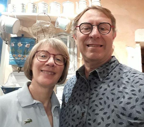 """Véronique et Alain dans leur musée """"Cafetières et compagnie"""" à Montaval-sur-Loir (72)"""