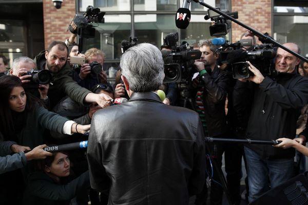 Jean-Luc Mélenchon, de dos, face à la presse