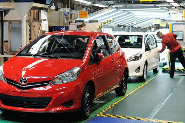 Un employé de l'usine Toyota d'Onnaing, près de Valenciennes, vérifie les voitures à la fin de la ligne d'assemblage.