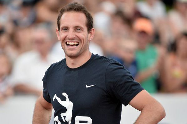 Renaud Lavillenie souriant après avoir réussi à passer les 5,95m, le 26 juin dernier à Angers.