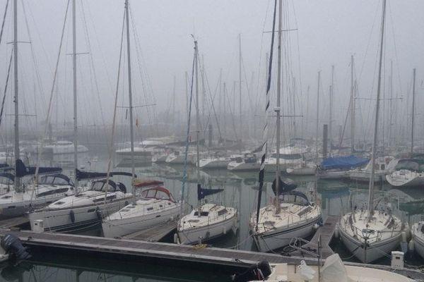 Le port des Minimes à La Rochelle dans le brouillard hier lundi matin.