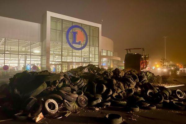 Les agriculteurs de Loire-Atlantique bloquent le supermarché Leclerc de Blain qui n'assiste pas aux réunions préfectorales de négociation des prix dans le cadre de la loi Egalim