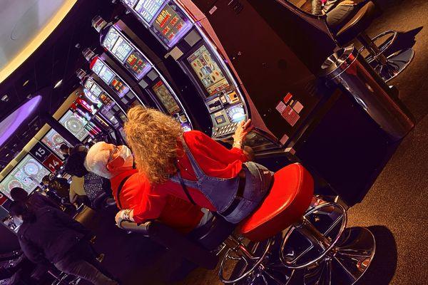 Alain et Joëlle, des habitués du casino de Lille, tentent leur chance à la machine à sous.
