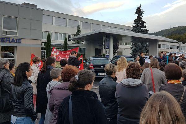 Plus de 150 salariés de la clinique de la Châtaigneraie sur 460, selon la CGT, ont cessé le travail pendant 50 minutes lundi 2 octobre.