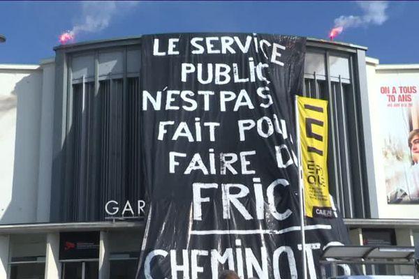 Une banderole XXL ce jeudi matin sur la façade de la gare de Caen peu avant l'assemblée générale des cheminots