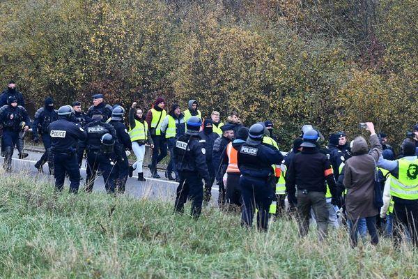 Un barrage filtrant au niveau du rond-point de l'échangeur 43, près de l'A16 à Calais, le 20 novembre.