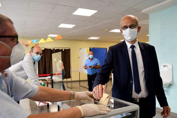 Jean-Yves Ravier (PC-PS-EELV) , candidat à la mairie de Lons-le-Saunier en train de voter lors du second tour des municipales 20202