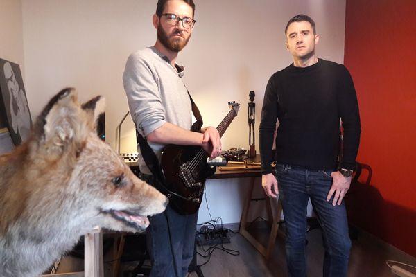 Le duo embarque sur scène quelques objets insolites, comme ce renard empaillé.