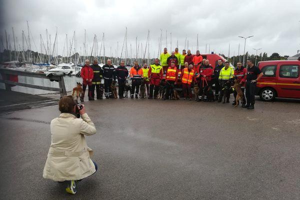 L'équipe des pompiers, avec leurs chiens dressés pour les recherches dans les milieux aquatiques