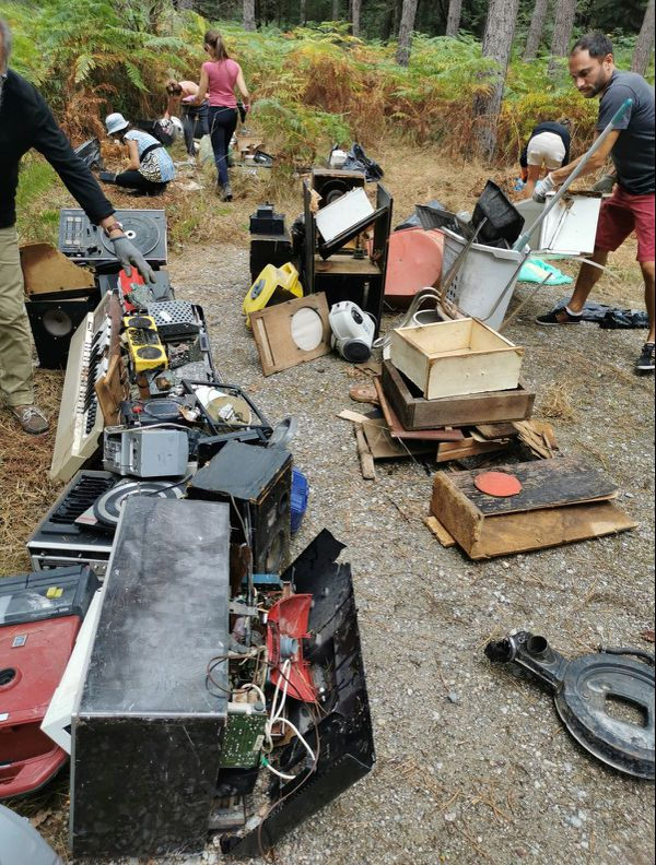 Les bénévoles collectent de nombreux déchets aux abords d'une clairière devenue décharge sauvage dans la forêt domaniale de Châtellerault.