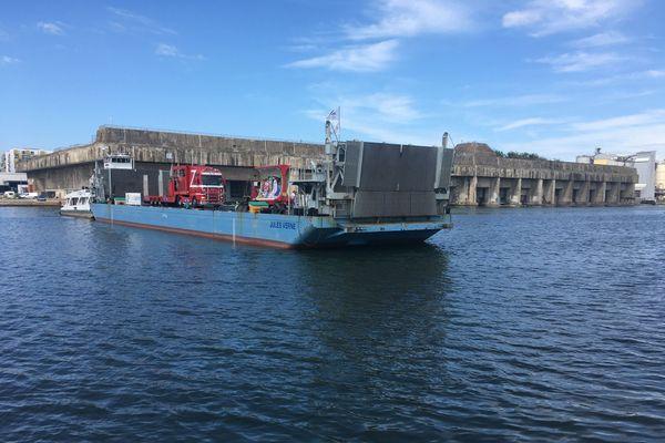 Le test du 10 août a permis d'embarquer et débarquer deux camions du cirque Claudio Zavatta sur le bassin portuaire