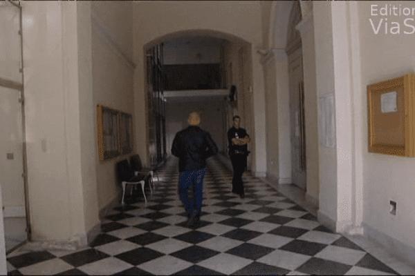 Jean-Pierre Giacomoni dans les couloirs du Palais de Justice à Ajaccio