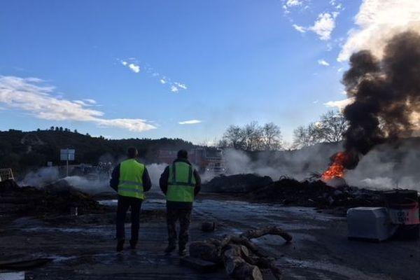 Les gilets jaunes présents sur place ont mis le feu à des baraquements en bois pour protester contre l'évacuation