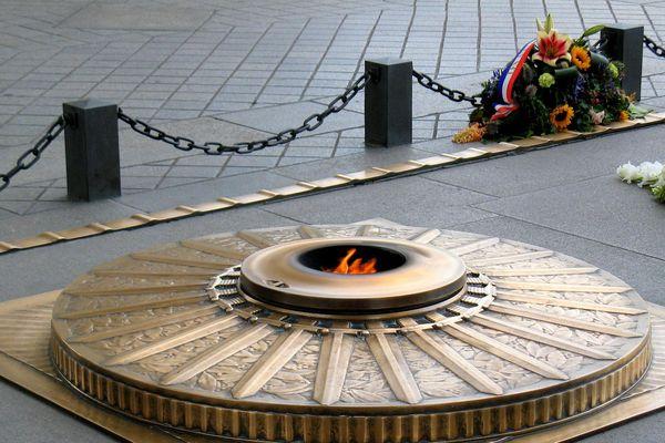 La tombe du Soldat inconnu est installée sous l'arc de Triomphe de la place de l'Étoile à Paris depuis le 11 novembre 1920.