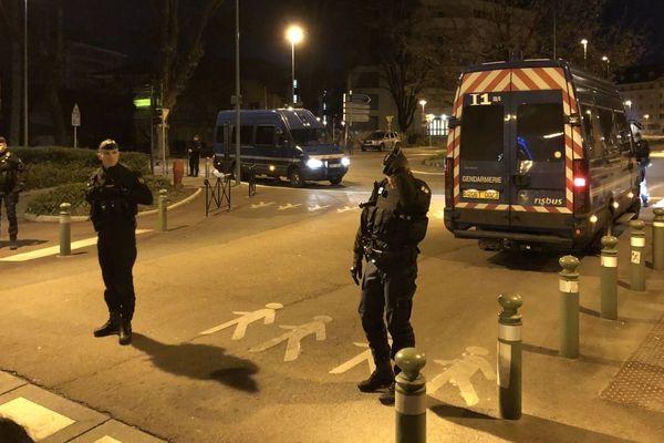 """Vers minuit, les gendarmes ont commencé à délimiter un périmètre """"interdit"""" sur la rue de la République, à Chambéry."""