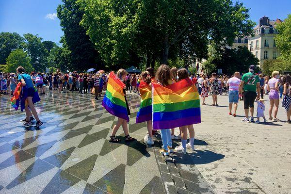 Un groupe de copines participant à la fête de la visibilité des mouvements LGBTQ+ à Nantes