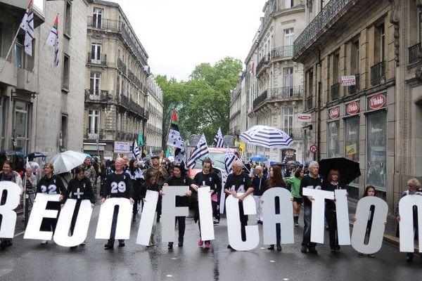 Des lettres symboliques pour ouvrir le cortège à Nantes.