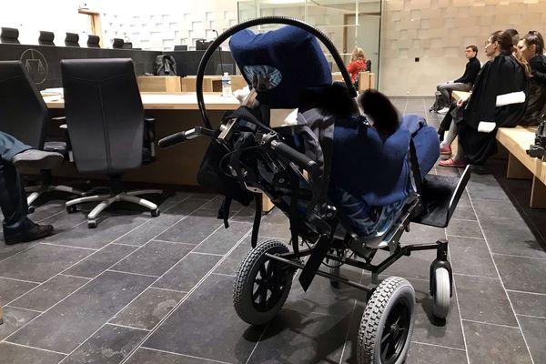 """Aux assises de la Vienne, une mère est jugée pour des violences sur son enfant alors âgé de deux mois et demi. Son fils a onze ans aujourd'hui, il est polytraumatisé, victime du syndrome du """"bébé secoué """" et vit depuis toujours dans ce fauteuil."""