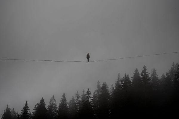 """Nathan Paulin dans la brume du Semnoz, en Haute-Savoie, lors des répétitions avant la """"grande balade""""."""