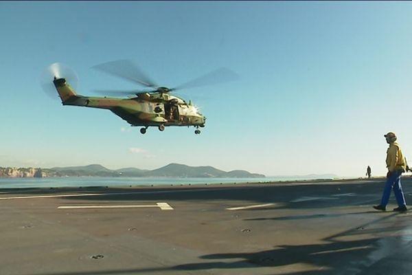 un hélicoptère décolle du Tonnerre à toulon.