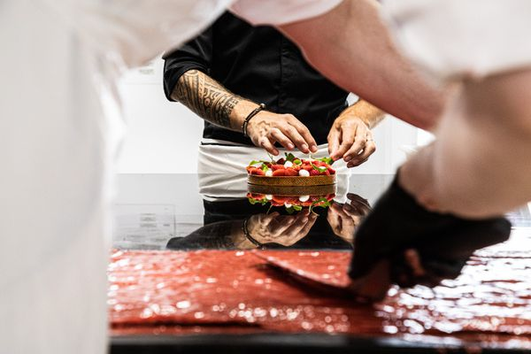 Une création avec des fruits de saison, fraises avec tomates confites et billes de mozzarella  par le chef pâtissier François Daubinet, pour la maison Fauchon