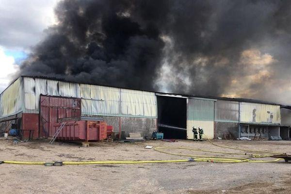 A Lunel-Viel,un hangar agricole s'est entièrement embrasé, ainsi qu'une cuve de 2000 litres de gaz oil. 03/05/2020