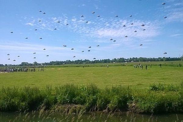Des milliers de personnes ont assisté à des parachutages massifs à la Fière (Sainte-Mère-Eglise) dans la Manche le 8 juin 2014