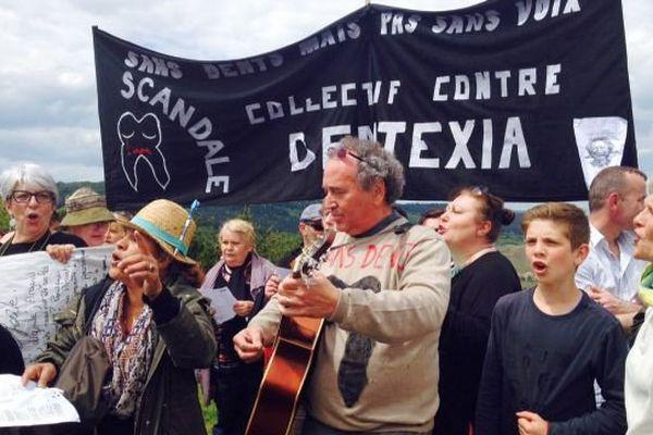 Les victimes des cliniques Dentexia ont gravi la roche de Solutré en signe de résistance, lundi 16 mai 2016.