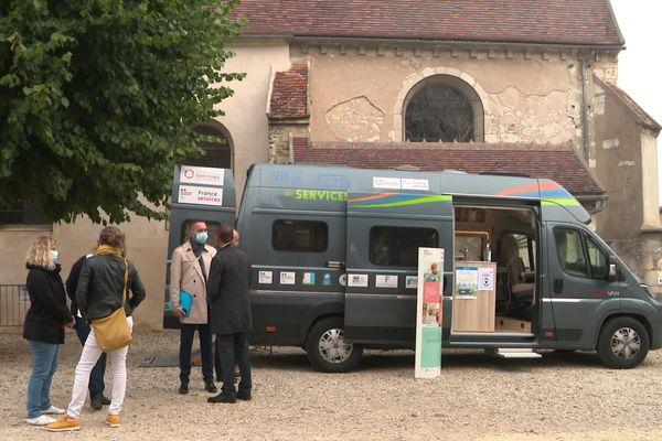 Un bus France Services, présenté à Bassou (Yonne) le 24 septembre