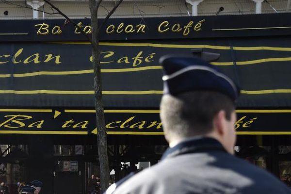 Des policiers en poste devant le Bataclan, à Paris, le 17 mars 2016.