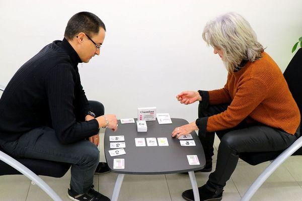 Samuel Fouchard, enseignant-chercheur, et Audrey Alau, chargée de communication ont créé le jeu Chemline pour promouvoir la chimie.