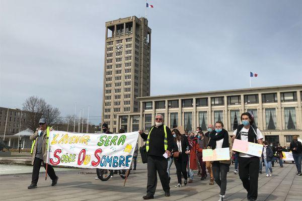 """Partis de la place de l'hôtel de ville du Havre, les manifestants dénoncent le projet de loi sur le climat examiné lundi 29 mars à l'Assemblée national qui """"manque d'ambition""""."""