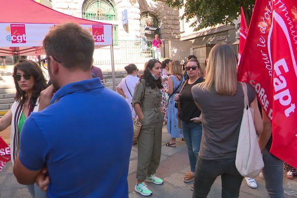 À Ajaccio, une soixantaine de personnes s'est rassemblée devant l'Hôtel des Postes du cours Napoléon.