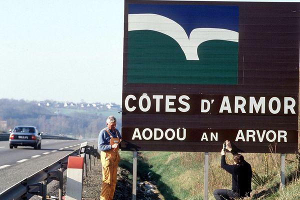 Changement de panneau suite à la nouvelle dénomination des Côtes du Nord. 1990