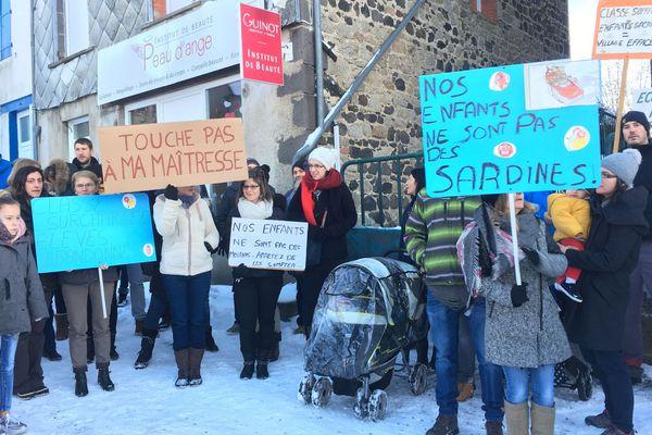 Une cinquantaine de parents d'élèves a bloqué lundi 4 février l'accès à l'école. Ils refusent la fermeture d'une 5e classe à la rentrée 2019.