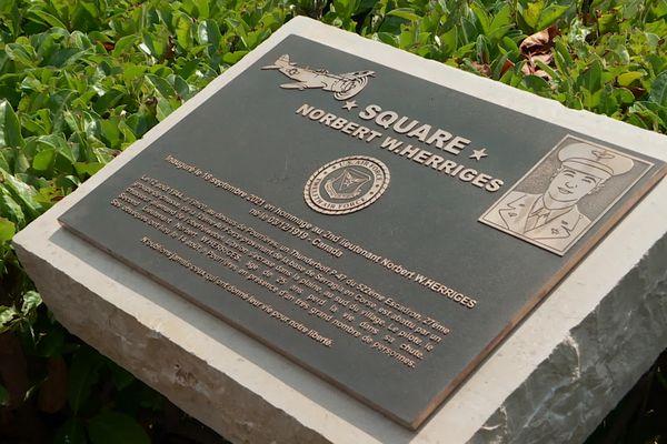Cette plaque rend hommage à un soldat américain mort pour la France.