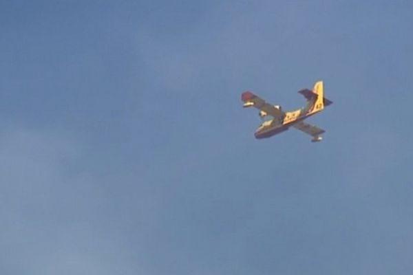 Un Canadair de Marseille dans le ciel de Savoie.